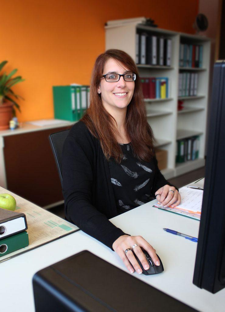 Birgit Huber an ihrem Arbeitsplatz bei Consulting Böblingen