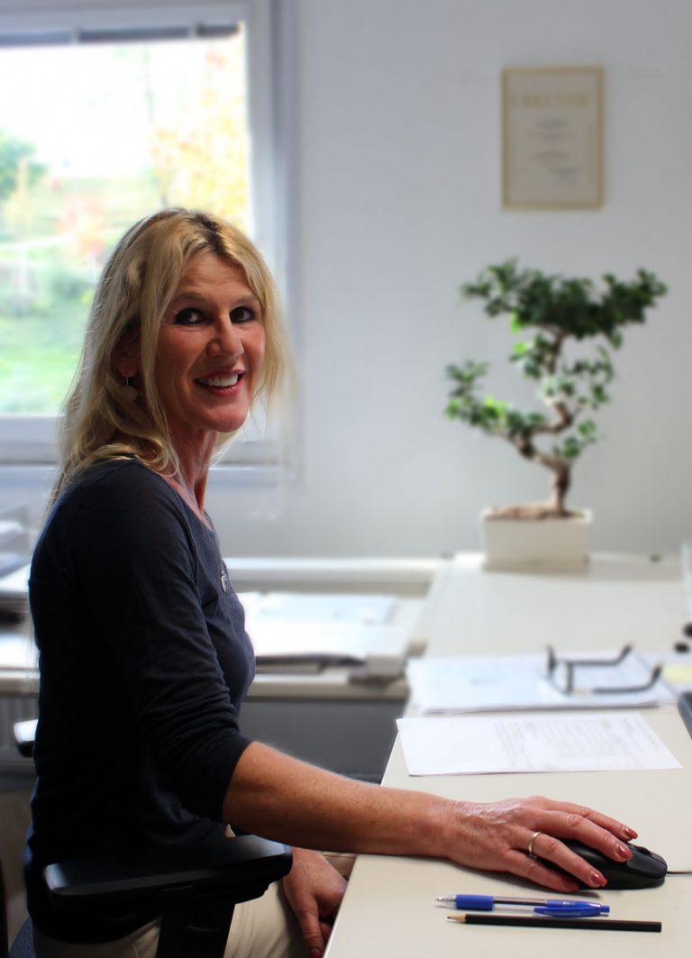 Claudia Loose an ihrem Arbeitsplatz bei Consulting Böblingen