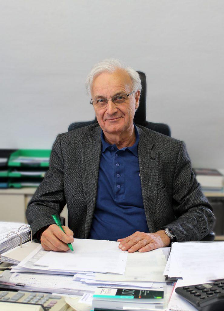 Steuerberater Klaus Beuttler an seinem Arbeitsplatz bei Consulting Böblingen