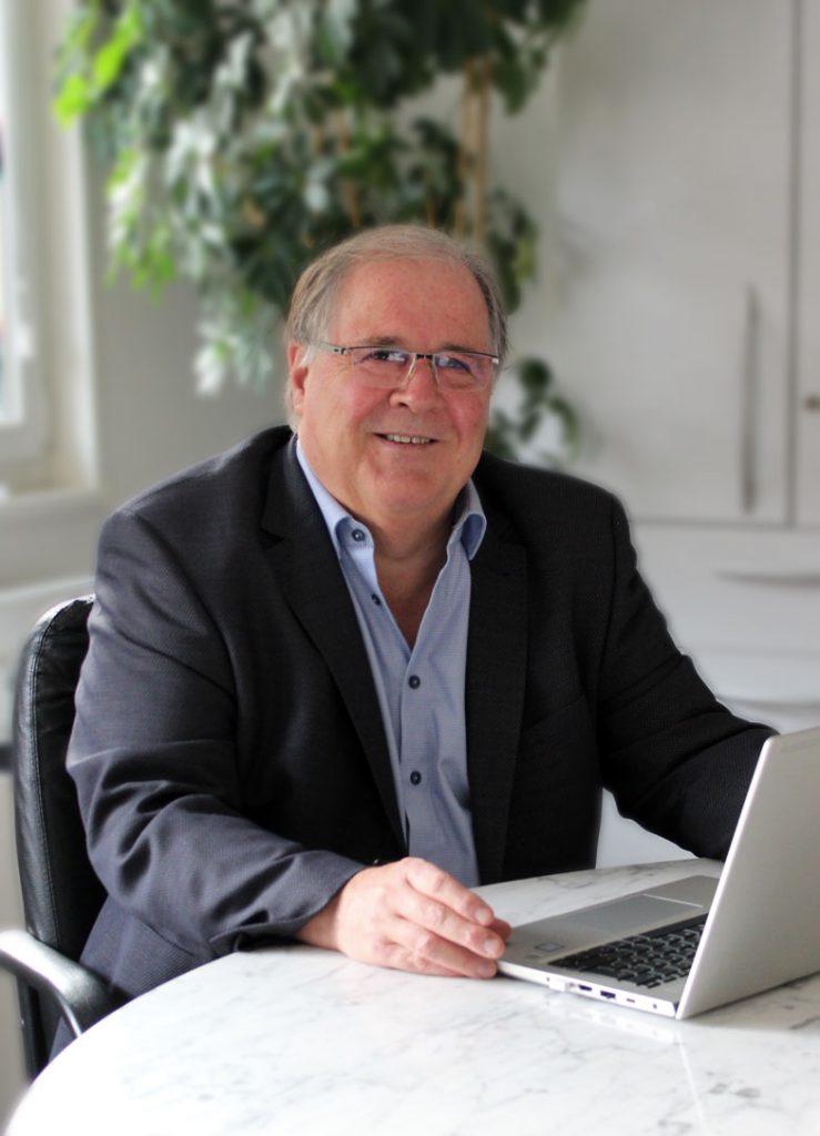 Steuerberater Klaus Foerster im Besprechungsraum der Consulting Böblingen Steuerberatungsgesellschaft