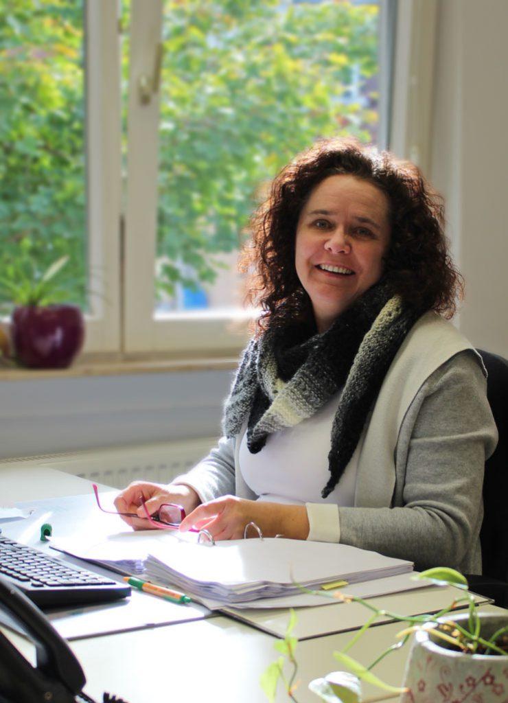 Simone Gfrörer an ihrem Arbeitsplatz bei Consulting Böblingen