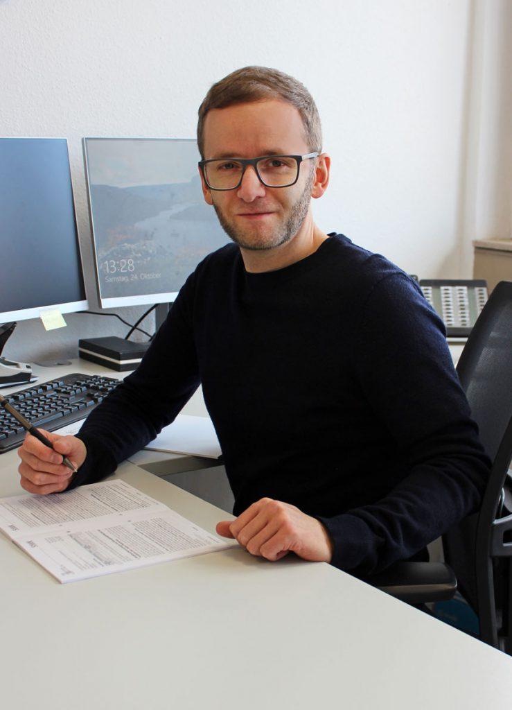 Tim Korbel an seinem Arbeitsplatz bei Consulting Böblingen