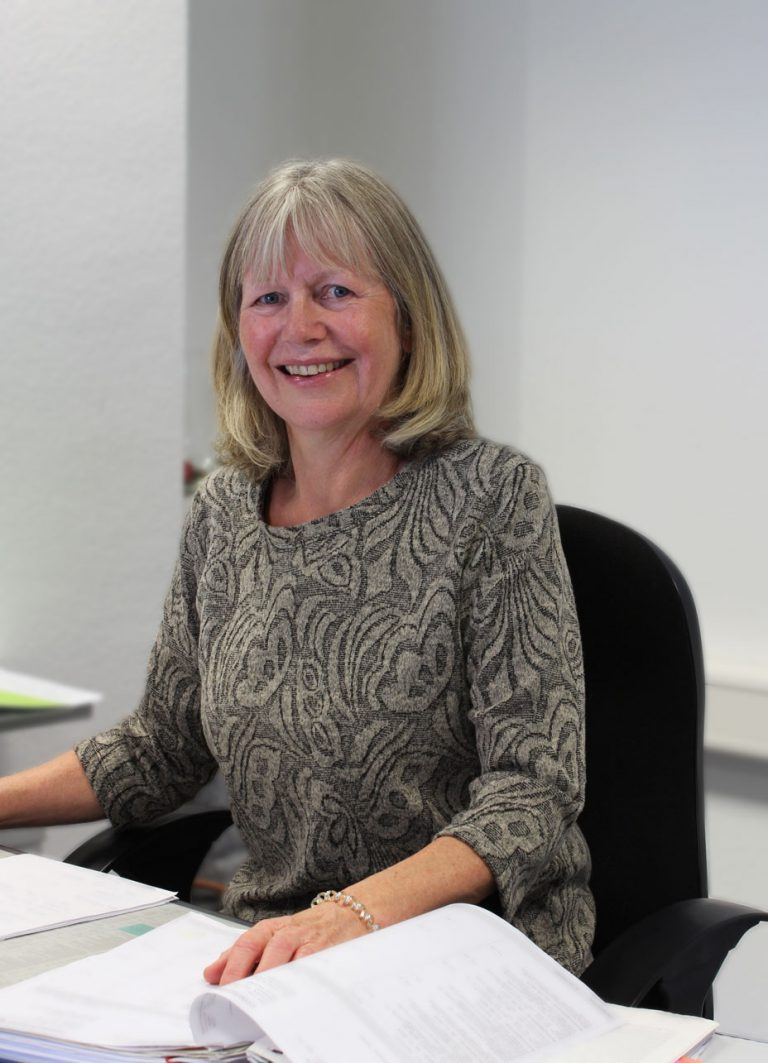 Ursula Widmaier an ihrem Arbeitsplatz bei Consulting Böblingen