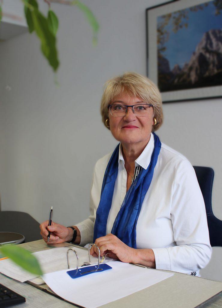 Waltraud Stoll an ihrem Arbeitsplatz bei Consulting Böblingen