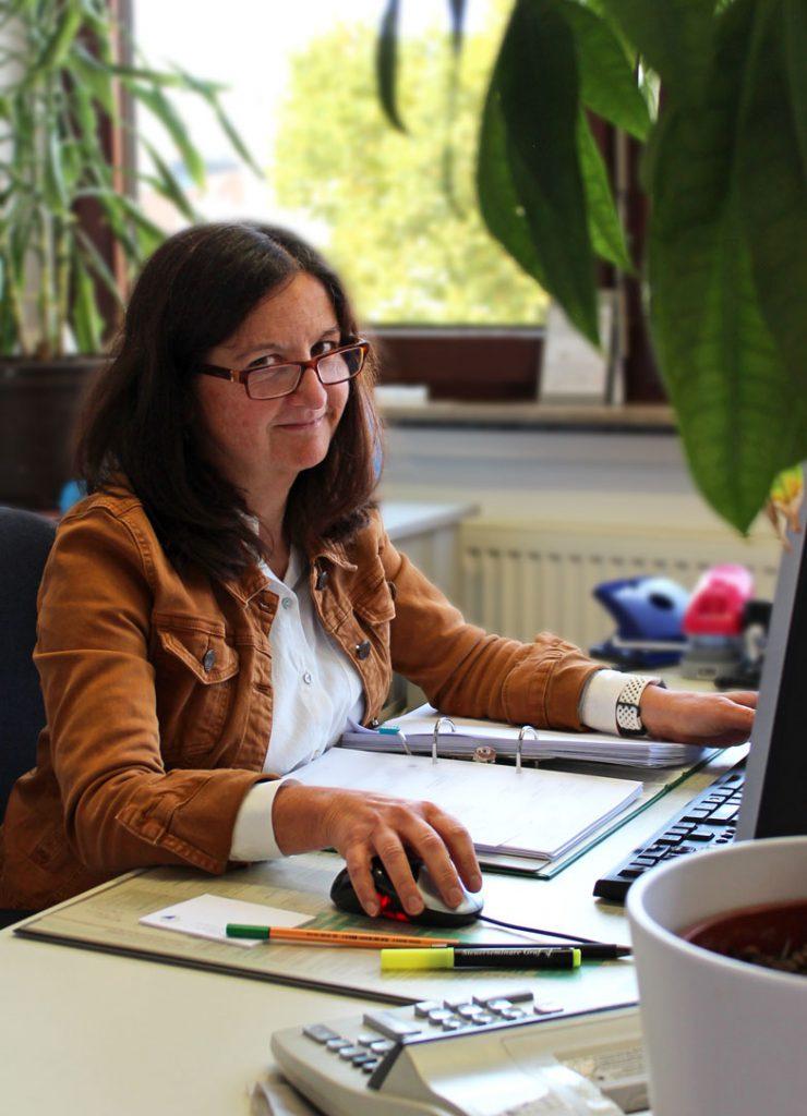 Beate Binder an ihrem Arbeitsplatz bei Consulting Böblingen