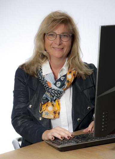 Sabine Meier an ihrem Arbeitsplatz bei Consulting Böblingen