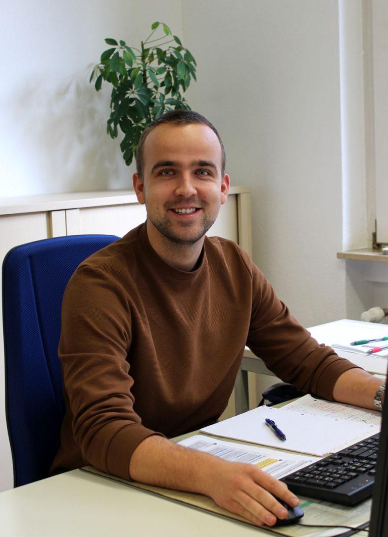 Robin Neumann an seinem Arbeitsplatz bei Consulting Böblingen